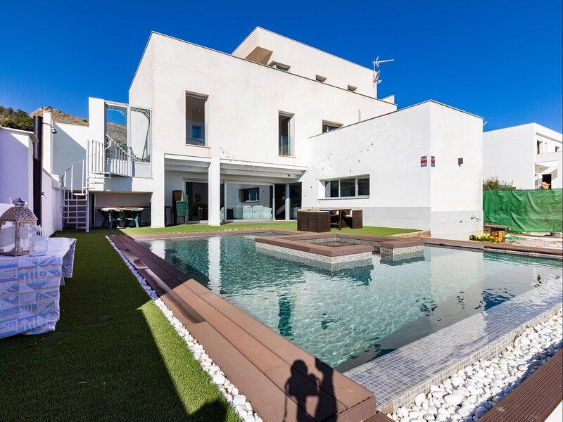 Design villa with garden, pool and fantastic views, holiday rental in Fuente Vaqueros