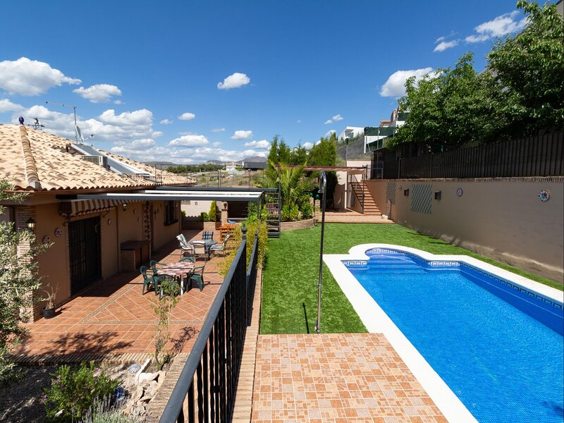 House with pool and free Wi-Fi next to Granada, alquiler vacacional en Dílar