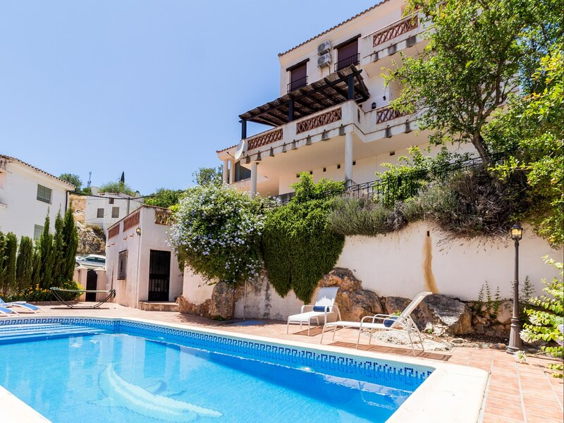 Fabulous villa with private pool and views, vacation rental in Villamena