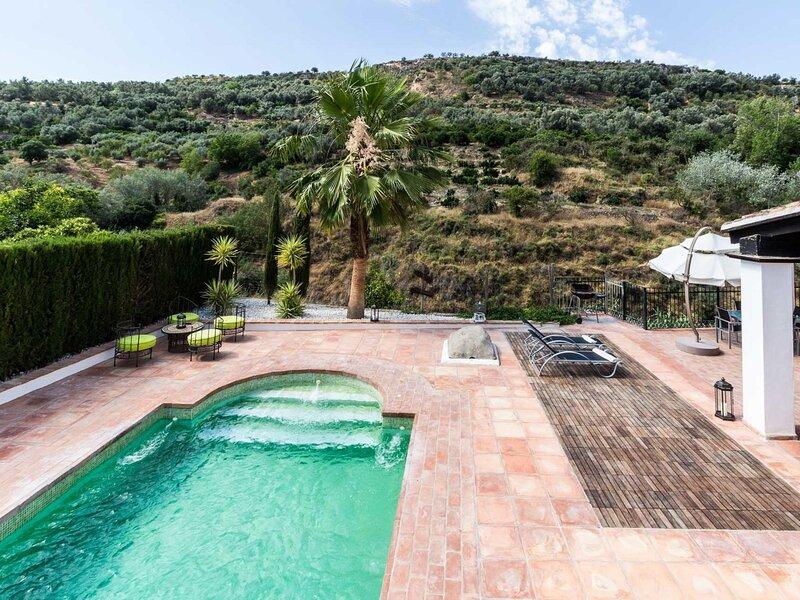 Magnificent house with pool, garden and views, aluguéis de temporada em Albunuelas