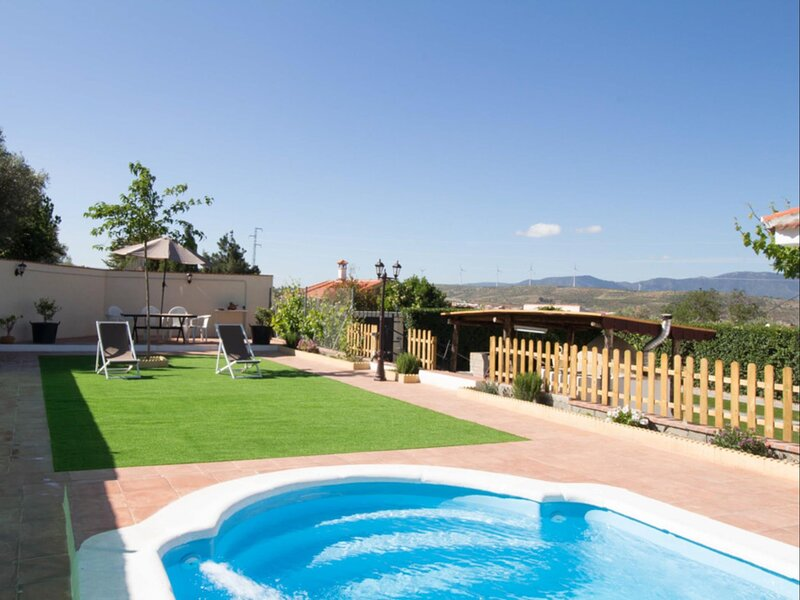 Cosy cottage with pool, garden and wifi, vacation rental in Villamena