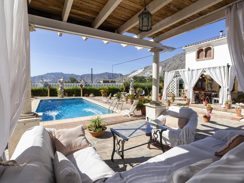 Nice house with garden terrace, pool and views, vacation rental in Villamena