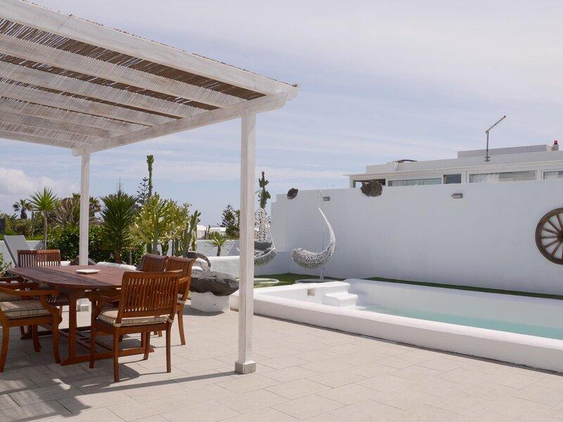 Villa Tranquilidad with amazing private terrace and heated pool, alquiler de vacaciones en Charco del Palo