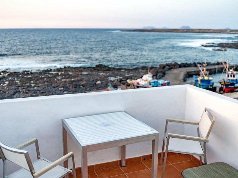 La Santa 5- Seafront apartment with amazing sea views from private terrace, aluguéis de temporada em Soo