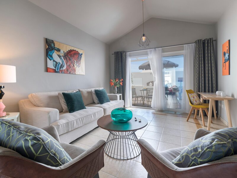 Luxurious Bungalow B2 in a quiet complex with a pool, 100m from the sea, alquiler de vacaciones en Charco del Palo