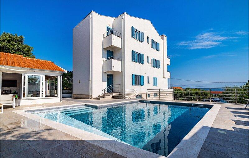 Nice apartment in Lukoran with Outdoor swimming pool, WiFi and 1 Bedrooms (CDU52, alquiler de vacaciones en Lukoran