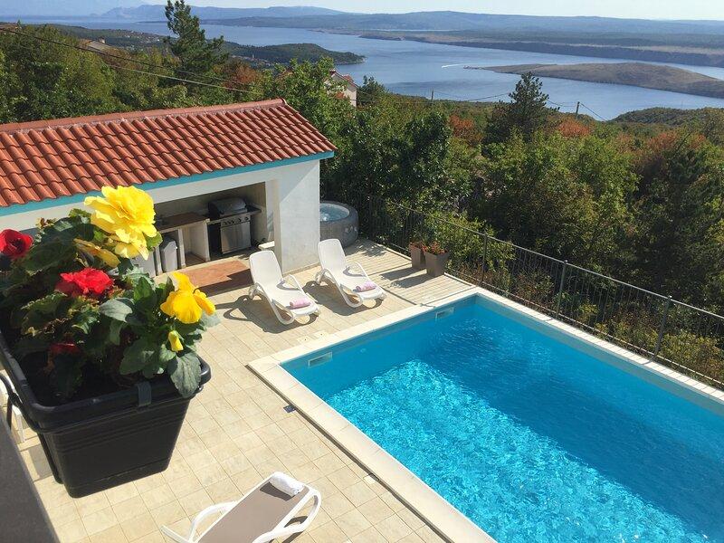 Holiday Home Aqua with jacuzzi ,big swimming pool(42sqm), amazing views, aluguéis de temporada em Smrika