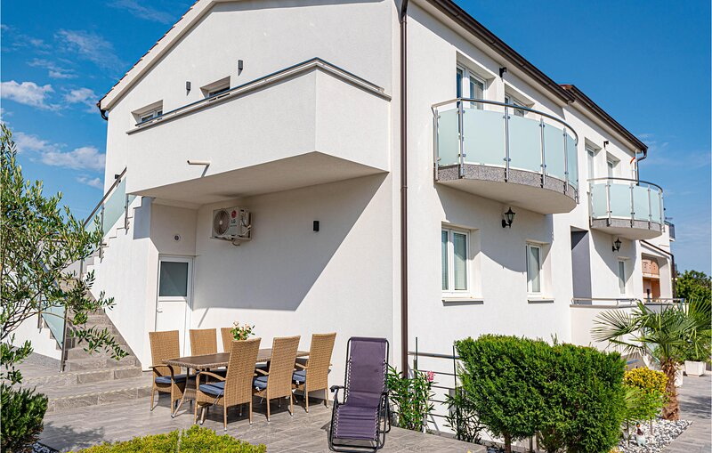 Stunning apartment in Bilice with WiFi and 2 Bedrooms (CDJ824), casa vacanza a Bilice