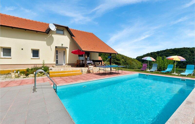 Stunning home in Pregrada with WiFi, 4 Bedrooms and Outdoor swimming pool (CCC05, alquiler de vacaciones en Podcetrtek