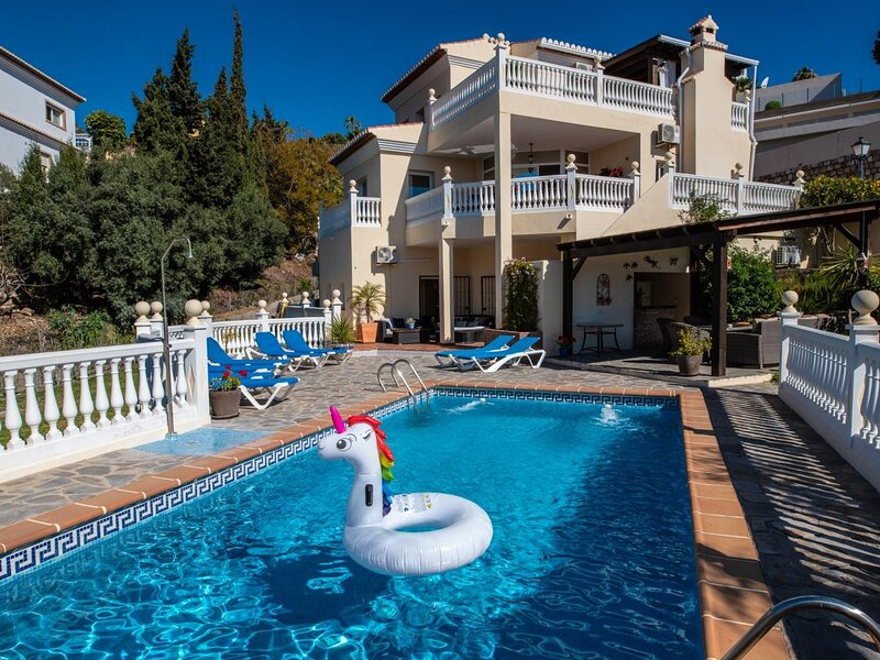 Cosy holiday villa with plenty of space for big groups and with private pool, casa vacanza a Salobrena