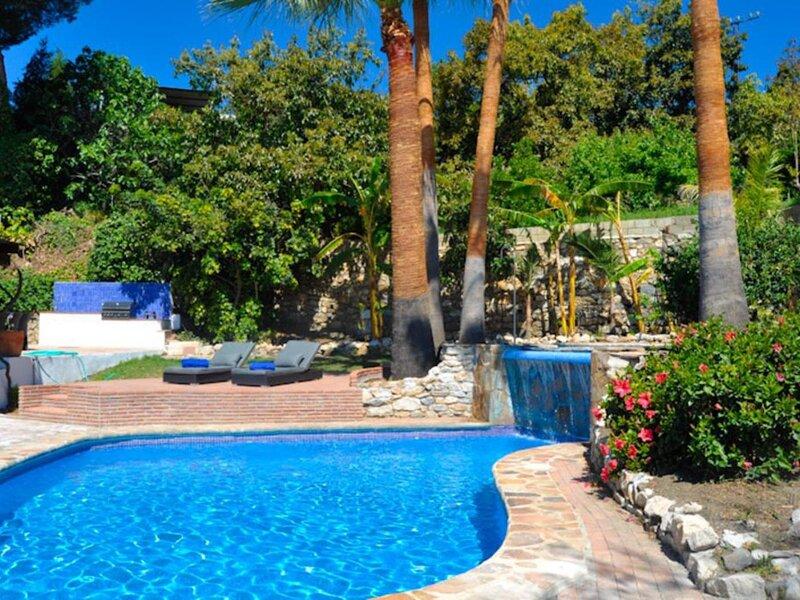 Magnificent villa in luxurious urbanization by the sea with two private pools, casa vacanza a Salobrena