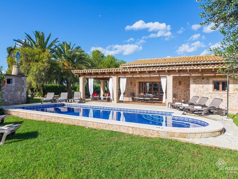 Son March - Spectacular villa with pool and garden on the outskirts of sa Pobla, aluguéis de temporada em Sa Pobla