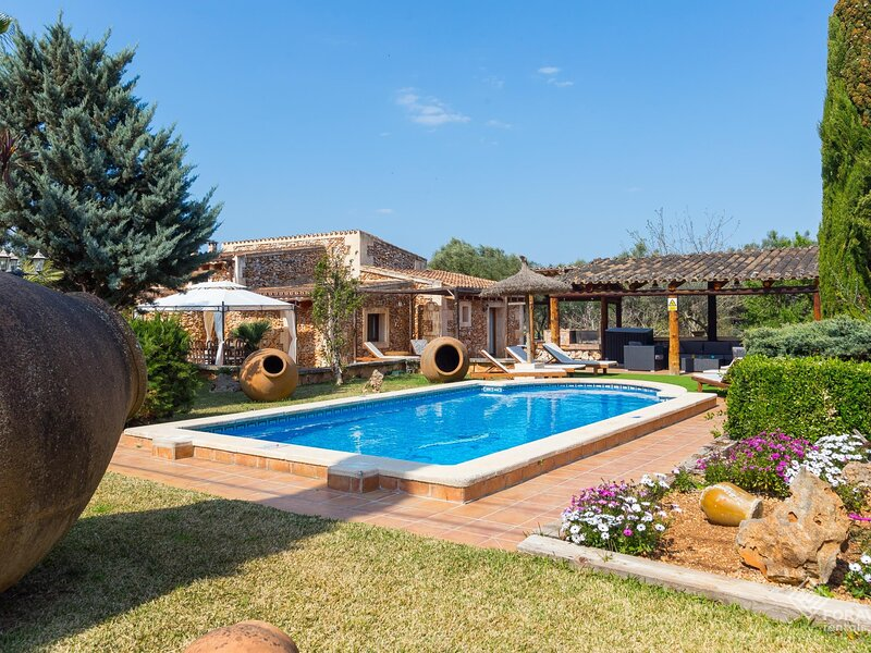 Mostatxet - Beautiful villa with pool and garden in Sencelles, holiday rental in Sencelles