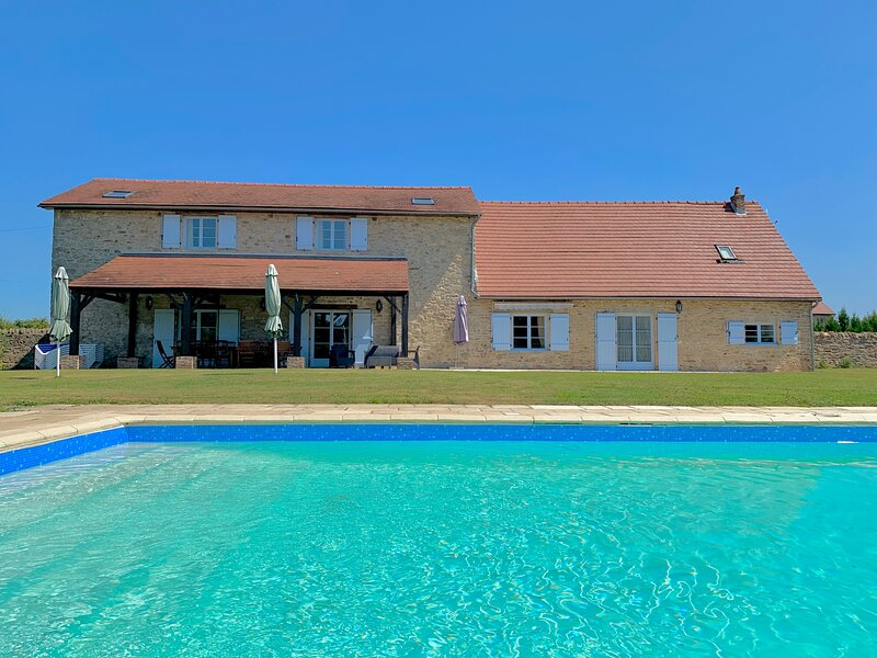 Detached Stone Farmhouse with Heated Pool, holiday rental in Rancon