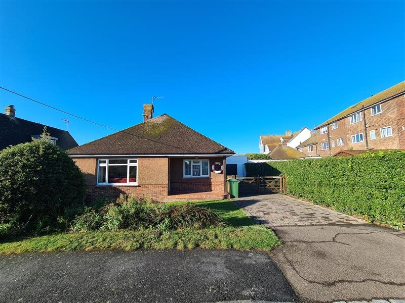 3 bed bungalow with parking a 2 minute walk to the beach and sea, dogs welcome!, Ferienwohnung in Pevensey Bay