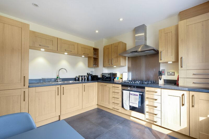 London Heathrow Living Holywell Serviced House D - 3 bedrooms, holiday rental in Sunbury