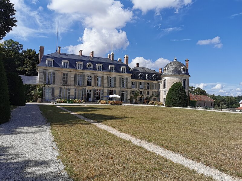 Magnifique château de famille inscrit Monument Historique proche de GUEDELON, holiday rental in Ciez