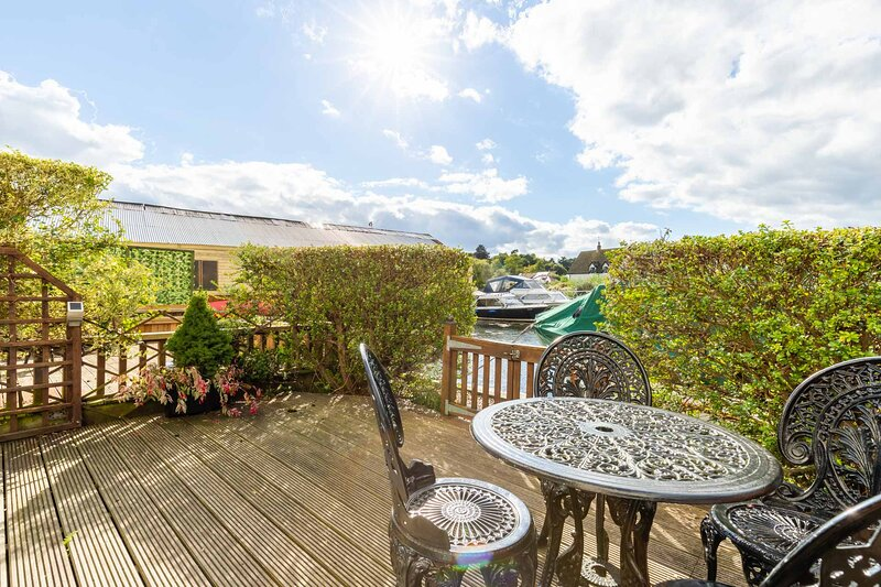 Quayside Cottage | Riverside Property On The Norfolk Broads With Mooring, vacation rental in Salhouse