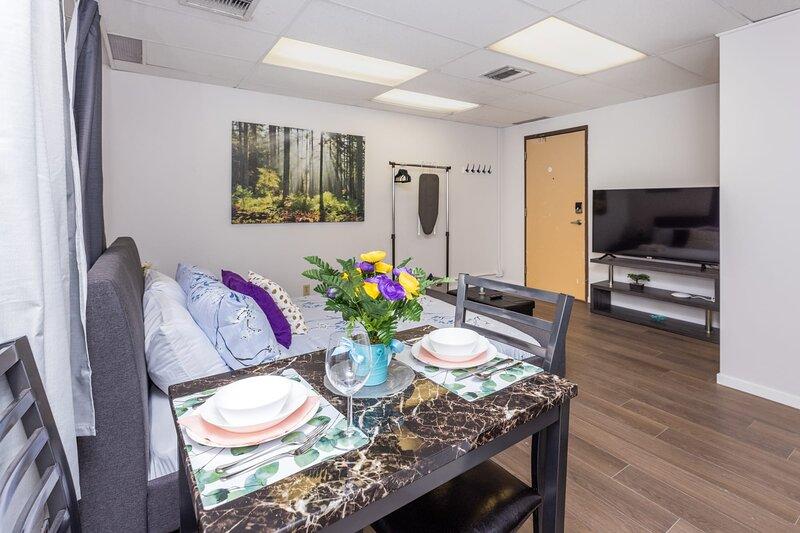 Newly-Renovated - Modern Studio Apartment, Near Downtown Ottawa!, location de vacances à Stittsville