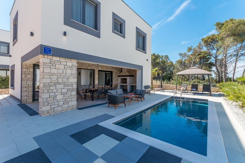 Modern Villa Royal House 2 , with a Pool, alquiler vacacional en Pasman Island