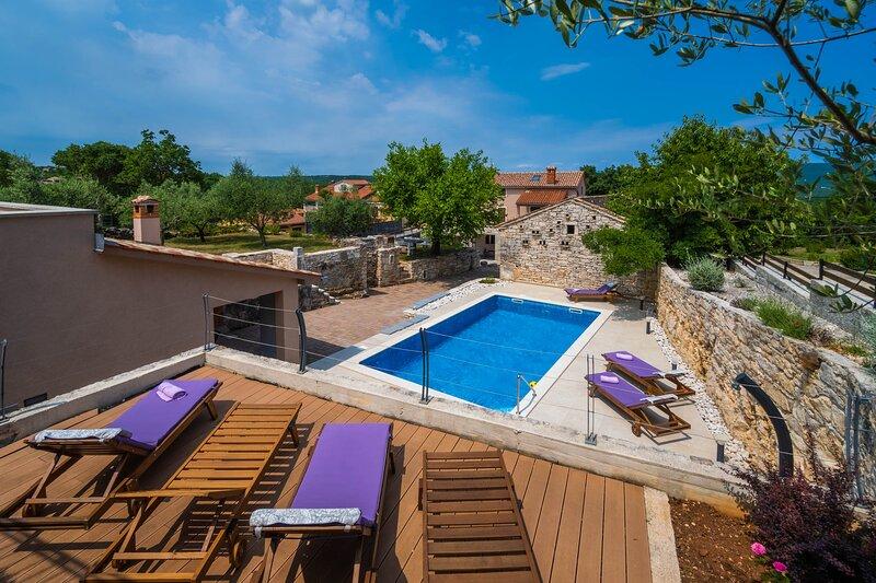 Luxury Villa On Spacious Private Property, alquiler vacacional en Rakalj