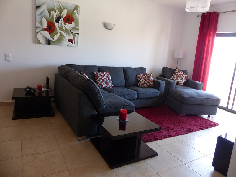 Quinta das Palmeiras 3 Bed Apt - Wifi & Indoor Swimming Pool, vakantiewoning in Lagos