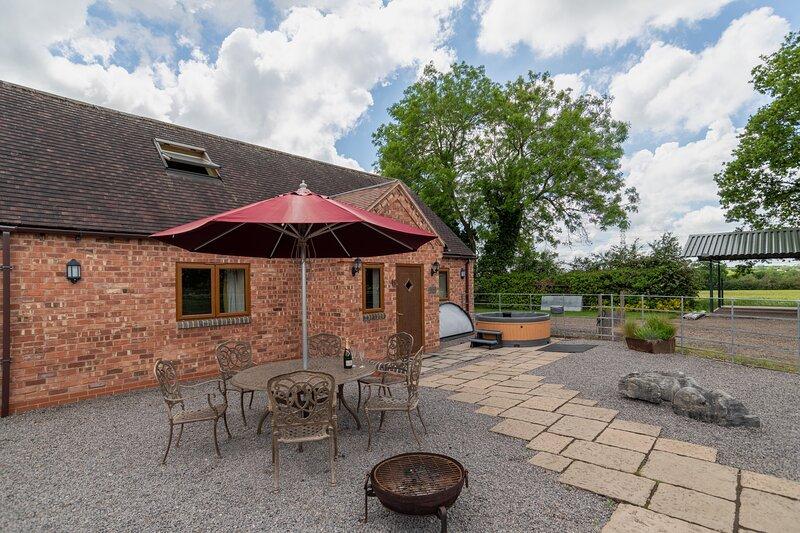 The Granary farm stay at Oaks Barn Farm with optional hot tub, aluguéis de temporada em Warwickshire