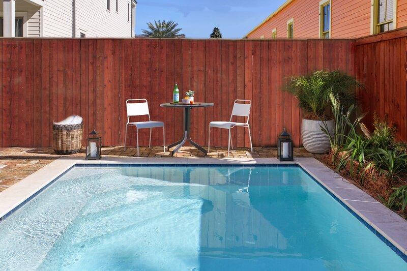 Beautiful Renovated home with Private Pool, location de vacances à Chalmette