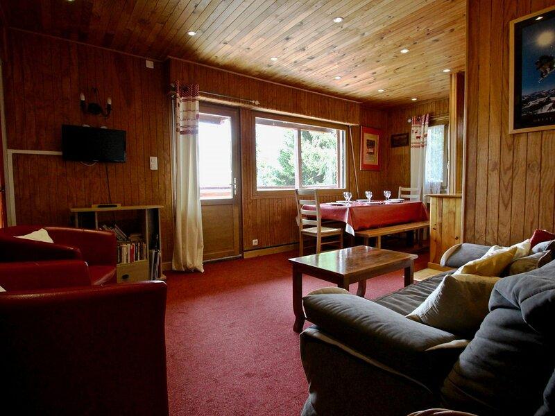 1er étage d'un chalet avec grande terrasse plein sud, holiday rental in Chamrousse