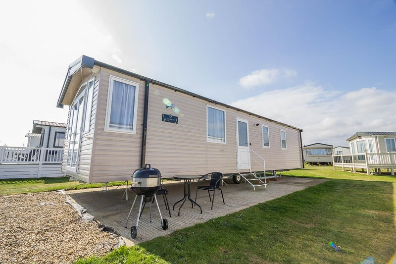 Beautiful 6 berth caravan with full sea views for hire in Suffolk ref 68028CV, vacation rental in Barnby