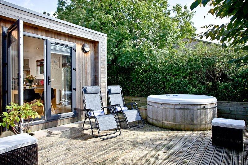 Blackbird Lodge, Strawberryfield Park - A stylish, pet-friendly eco lodge with a, casa vacanza a Priddy