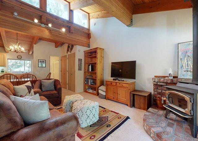 Walk to the Village, Shops, and Gondola, Spacious Home, Sleeps up to 6, aluguéis de temporada em Mammoth Lakes