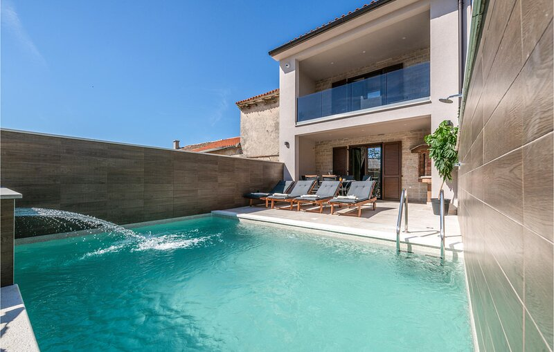 Stunning home in Juricev Kal with Outdoor swimming pool, WiFi and 2 Bedrooms (CI, location de vacances à Prhati
