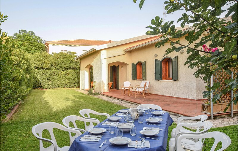 Beautiful home in Sangineto lido with WiFi and 4 Bedrooms (IKK623), casa vacanza a Belvedere Marittimo