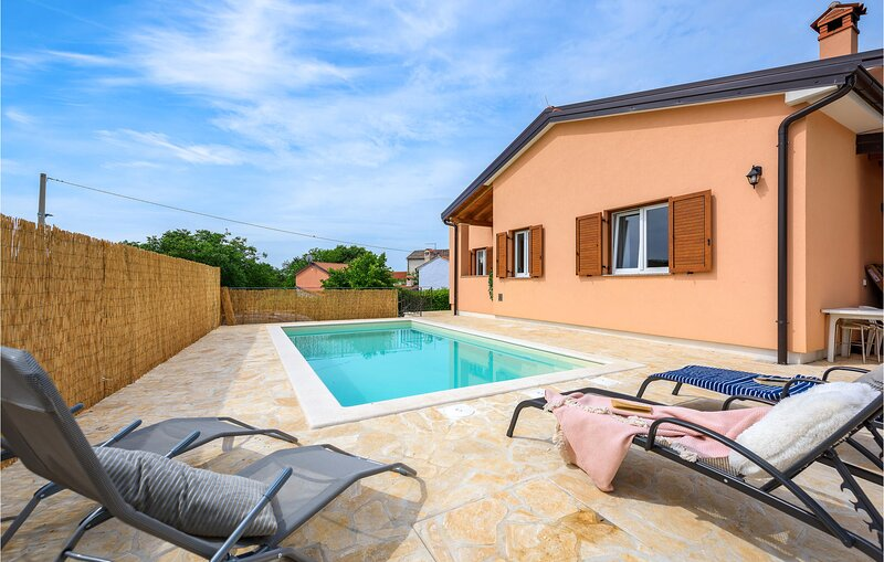 Awesome home in Buje with Outdoor swimming pool, WiFi and 2 Bedrooms (CIC099), location de vacances à Momjan