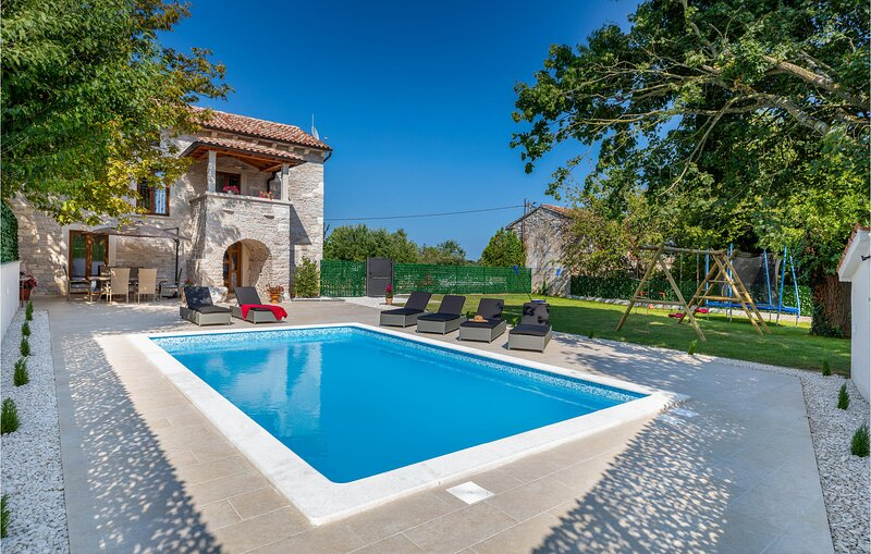 Stunning home in Rojnici with Outdoor swimming pool, WiFi and 2 Bedrooms (CIC784, location de vacances à Prhati