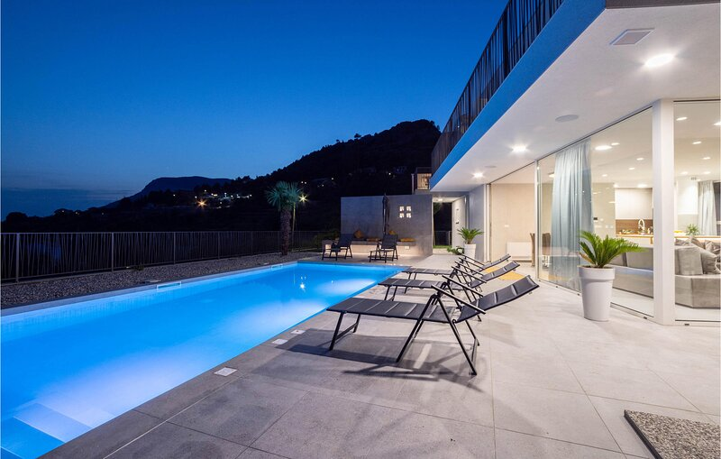 Nice home in Klis with Outdoor swimming pool, WiFi and 3 Bedrooms (CDC801), holiday rental in Klis
