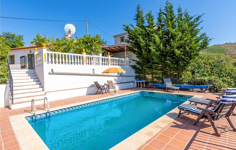 Beautiful home in Malaga with Outdoor swimming pool, WiFi and 2 Bedrooms (EAS585, location de vacances à Benamocarra