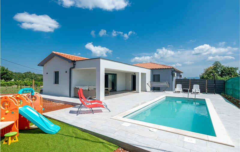 Nice home in Barban with Outdoor swimming pool, WiFi and 2 Bedrooms (CIC720), location de vacances à Prhati