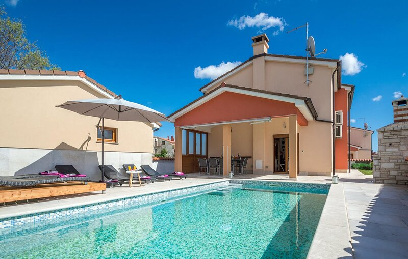 Awesome home in Sarici with Outdoor swimming pool, WiFi and 4 Bedrooms (CIC690), aluguéis de temporada em Divsici