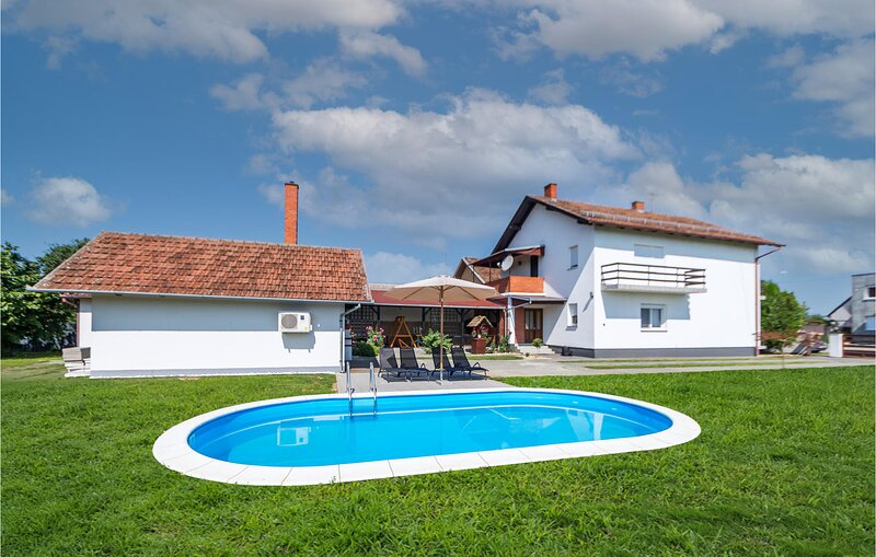 Nice home in Dakovo with Outdoor swimming pool, Heated swimming pool and 3 Bedro, aluguéis de temporada em Dakovo