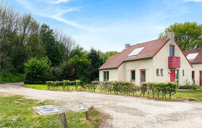 Awesome home in Ewijk with Sauna, WiFi and 2 Bedrooms (HGE026), holiday rental in Druten