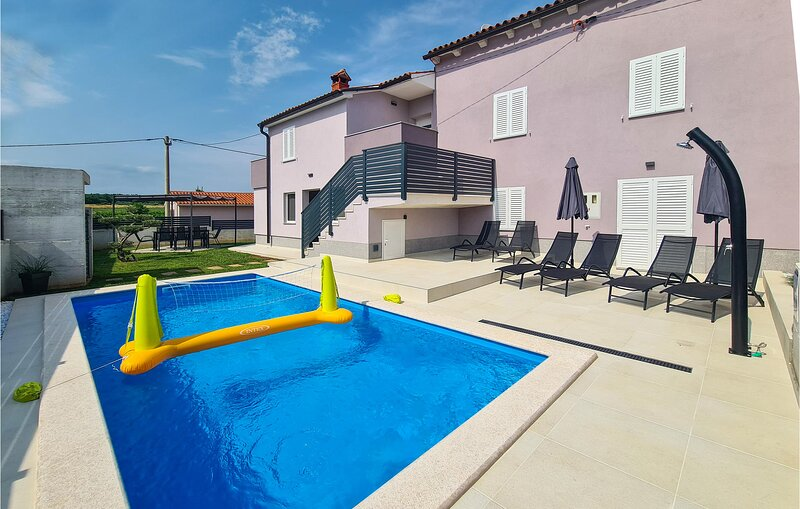 Awesome home in Barban with Outdoor swimming pool, WiFi and 3 Bedrooms (CIC064), location de vacances à Prhati