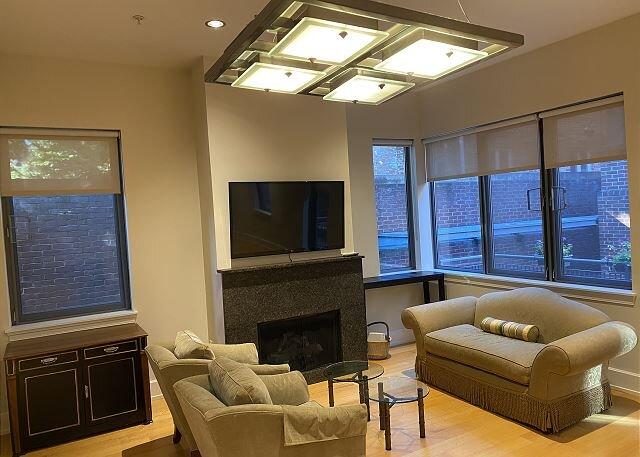 6 month min - condo in historic Sheridan Garage on Q St, parking option, vacation rental in Arlington