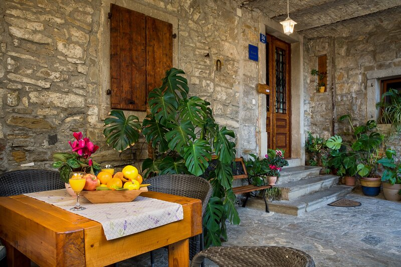Apartment with wine cellar in Roč, Istria, aluguéis de temporada em Hum