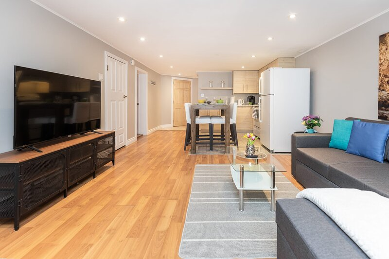 Cozy 1BR Apartment with a King Bed, Near Downtown Ottawa!, holiday rental in Overbrook