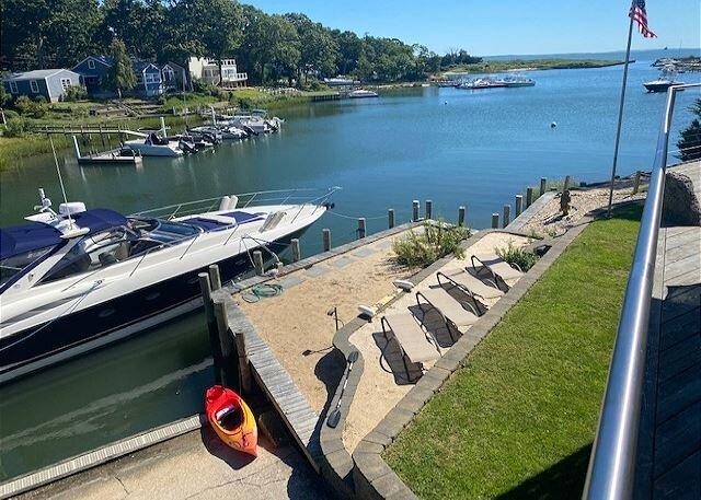 Water Front home Sailors Rest Boat Dock near Greenport walk to sandy beach!, casa vacanza a East Marion