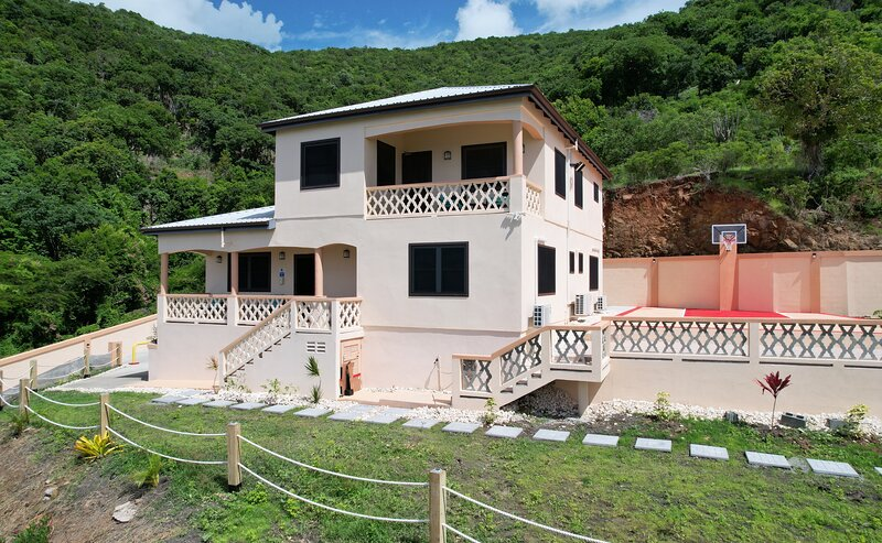 Gorgeous, Upscale, Air Conditioned 3BD/2BT Safe-Travel Villa with Stunning Views, casa vacanza a Cades Bay