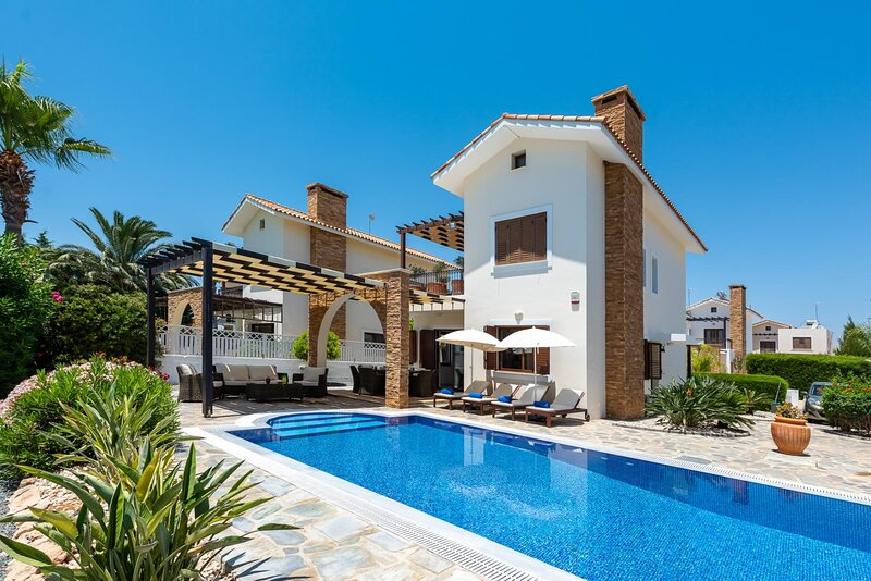 Sea Front Costa Blu Spacious family villa with private swimming pool, aluguéis de temporada em Liopetri
