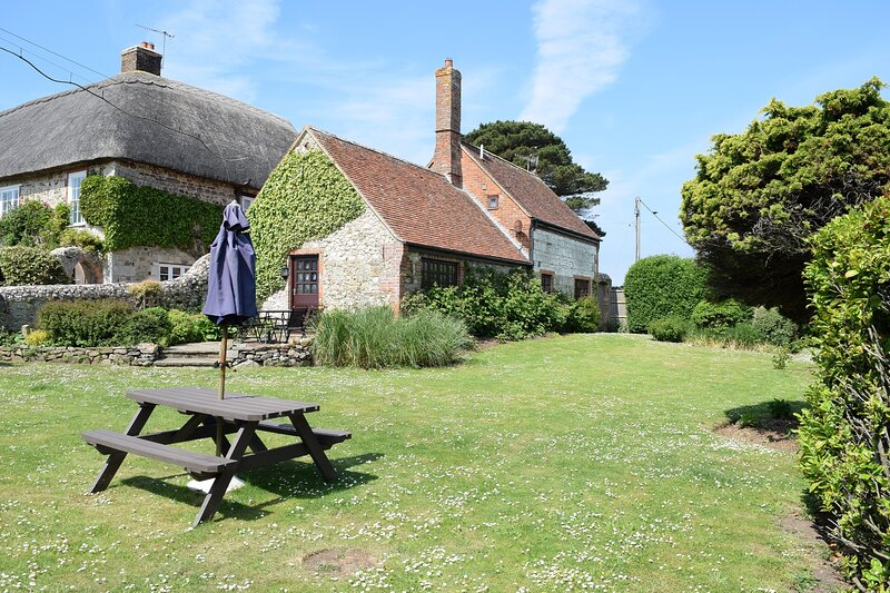 Grade II listed character cottage on owners farm, private garden, close to sea, vacation rental in Brighstone